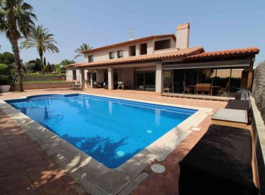 Detached Villa for sale with garden 1050m2-magnify with tourist license-sitges-inmovenproperties (10)