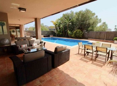 Detached Villa for sale with garden 1050m2-magnify with tourist license-sitges-inmovenproperties (9)